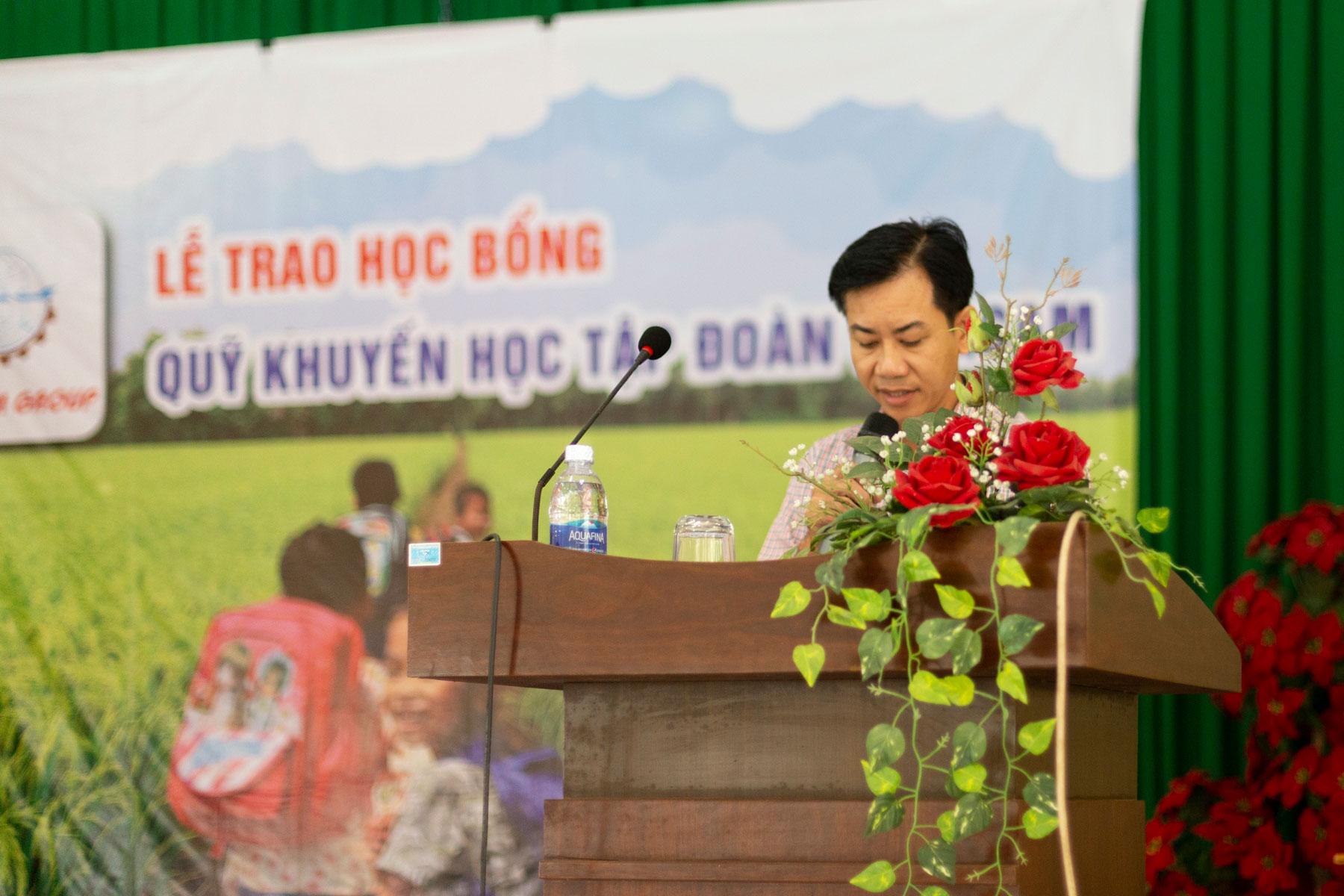 Ông Lê Hoàng Anh Tuấn - Phó hiệu trưởng trường Thới Long  phát biểu tại lễ trao học bổng Vinacam