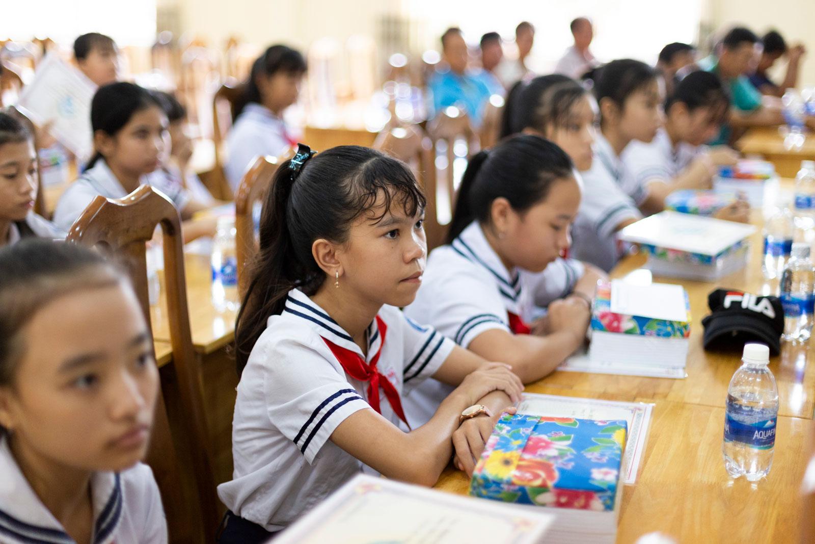 Các em học sinh nhận học bổng Quỹ khuyến học Vinacam