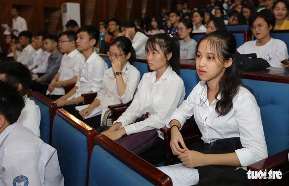 Các em tân sinh viên xúc động dõi theo câu chuyện nghị lực đến trường - Ảnh: VIỆT DŨNG
