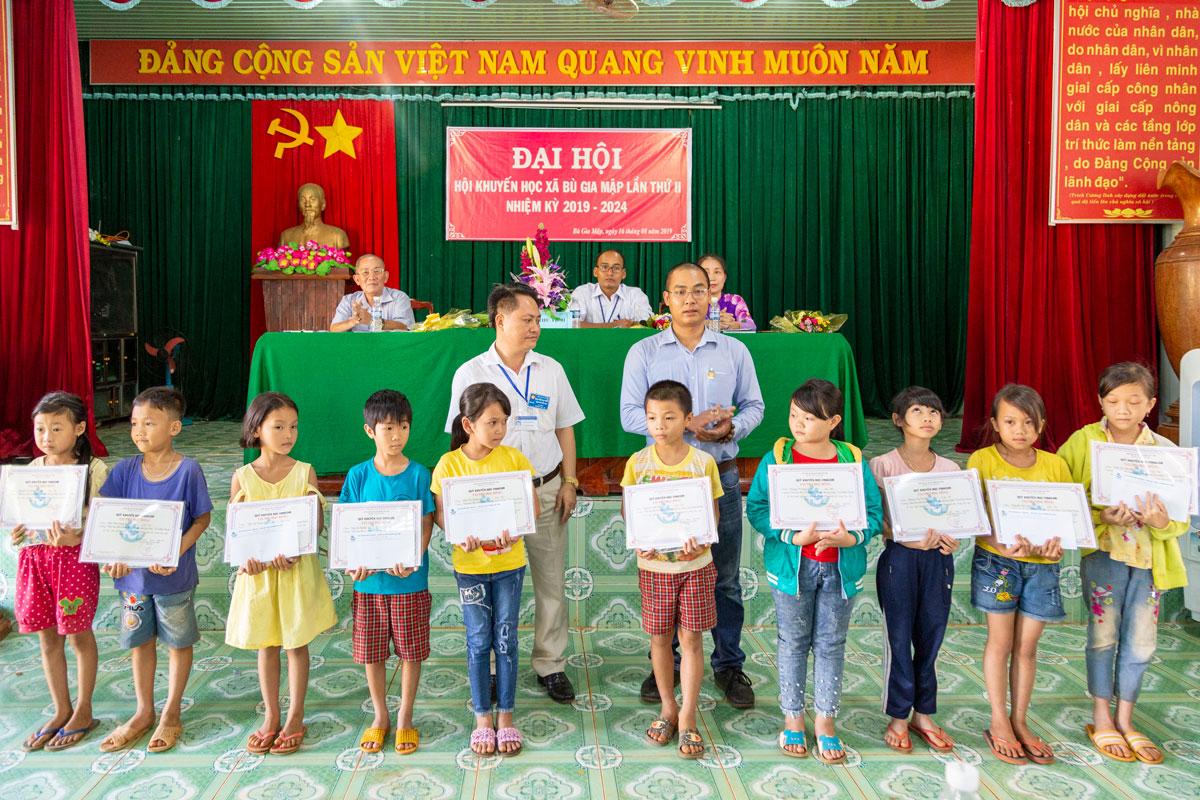 Quỹ khuyến học Vinacam trao học bổng cho các em học sinh xã Bù Gia Mập Bình Phước