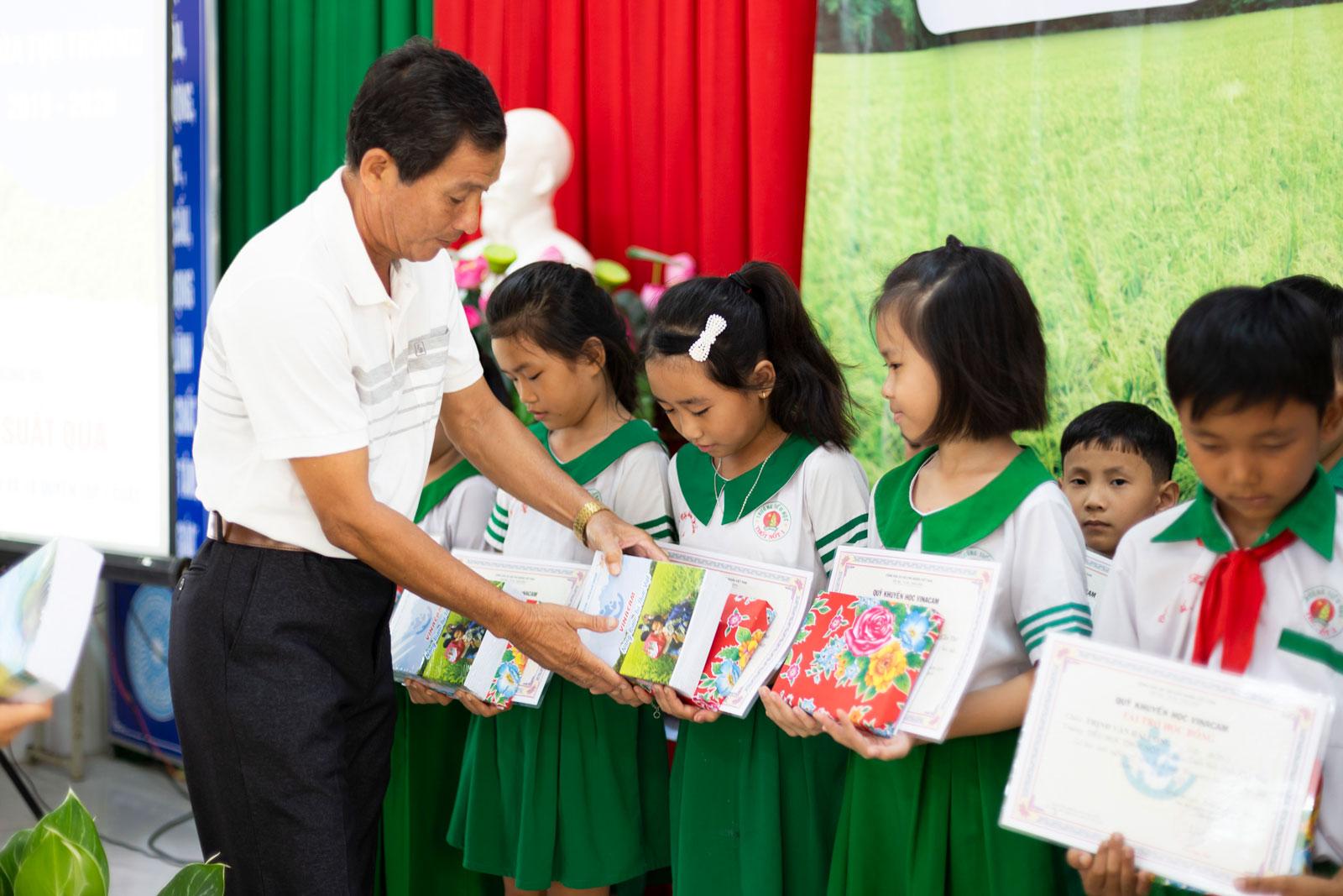 Đại diện nhà trường trao học bổng cho các em học sinh