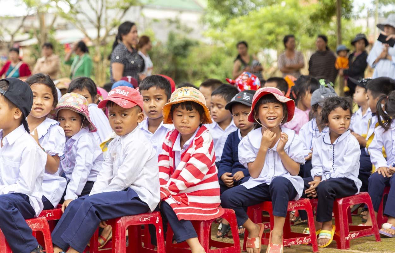Quỹ khuyến học Vinacam tiếp tục mang học bổng đến với học sinh nghèo vượt khó