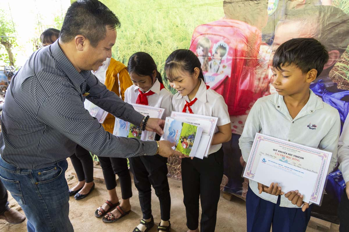 Quỹ khuyến học Vinacam trao học bổng cho các em học sinh xã Phước Sơn huyện Bù Đăng tỉnh Bình Phước