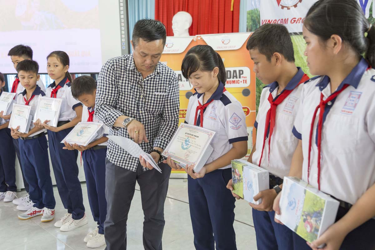 Quỹ khuyến học Vinacam trao học bổng cho các em học sinh trường THCS Đoàn Thị Nghiệp Tiền Giang