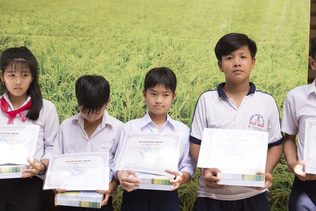 Quỹ khuyến học Vinacam trao học bổng cho các em học sinh trường THCS Ngũ Hiệp Tiền Giang