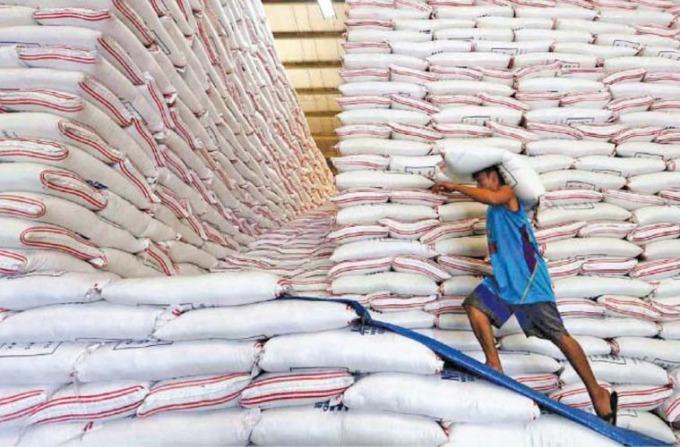 Nhân công bốc xếp gạo xuất khẩu ở Thái Lan. Ảnh: The Nation