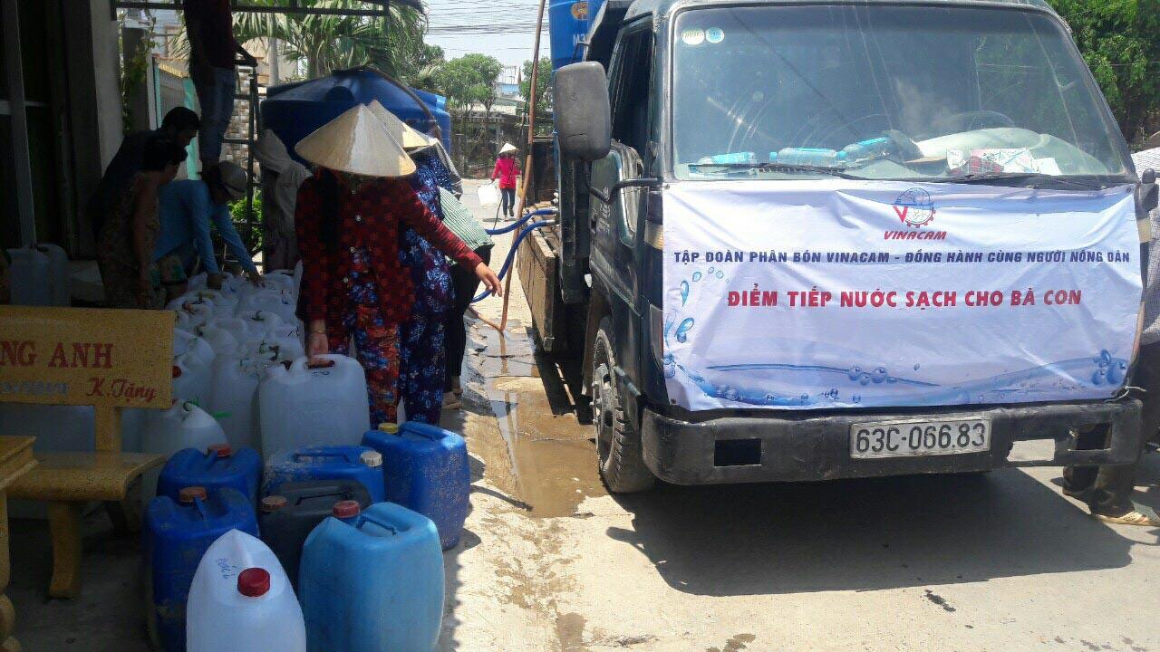 Vinacam hỗ trợ nước ngọt cho bà con vùng hạn mặn