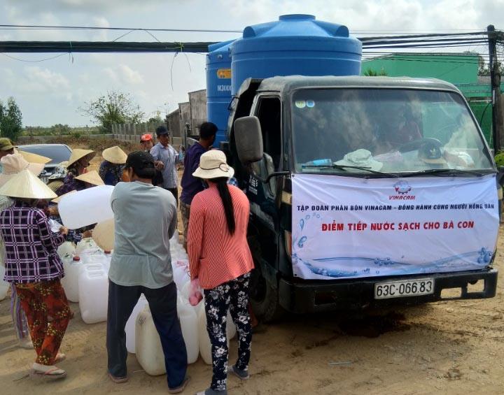 Mang nước ngọt tới người dân vùng hạn mặn Tiền Giang