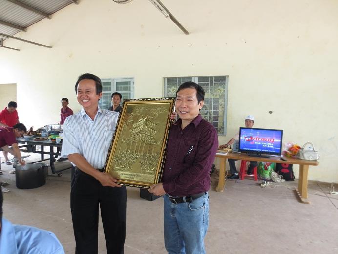 Doanh nhân Vũ Duy Hải nhận kỷ niệm biểu tượng chùa keo của tỉnh Thái Bình