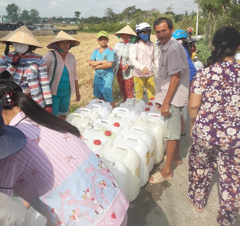 Vinacam cứu trợ nước ngọt cho đồng bào bị hạn mặn