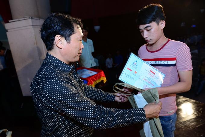 Vũ Duy Hải trao học bổng cho các em học sinh nghèo